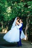 Minnaarsbruid en bruidegom in de zomerpark Royalty-vrije Stock Foto
