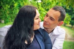 Minnaarsman en vrouw die elkaar bekijken. Royalty-vrije Stock Foto's