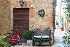 Minnaarszetel en fiets buiten baksteenhuis Stock Foto's
