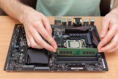 Minne teknikerInstalling för slumpmässigt tillträde in i PC royaltyfria foton