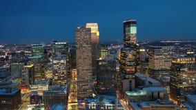 Minneapolis alla notte - vista aerea archivi video