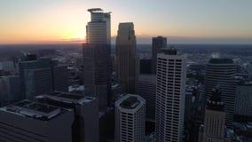 Minneapolis céntrica - visión aérea en la puesta del sol almacen de metraje de vídeo