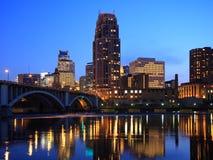 Minneapolis e Mississippi na noite Fotografia de Stock Royalty Free