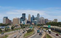 Minneapolis linia horyzontu z ruchem drogowym na autostradzie Fotografia Royalty Free
