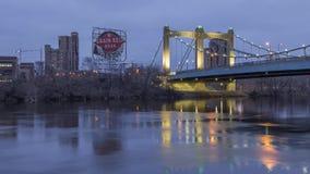 Minneapolis, manganês - em fevereiro de 2017 - tiro médio do rio Mississípi, do sinal da correia de grão, e da ponte da avenida d