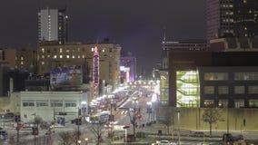 Minneapolis, manganês - em fevereiro de 2018 - um tiro longo da exposição da noite média alta que olha abaixo das luzes de néon d
