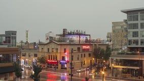 Minneapolis, manganês - em julho de 2016 - um tráfego do timelapse que passa restaurantes e os sinais de néon na vizinhança da pa