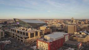 Minneapolis, manganês - em março de 2018 - um ângulo largo alto disparados do estádio do banco dos E.U. do marco e St Paul distan
