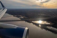 Minneapolis, Mangan/USA - 3. April 2019: Vogelperspektive von Fluss Mississipi beim Fliegen über Minneapolis bei Sonnenuntergang lizenzfreies stockfoto