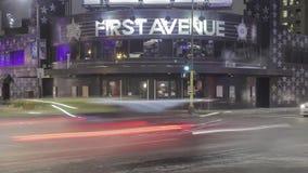 Minneapolis, manganeso - febrero de 2018: un cierre medio encima del tiro largo de la exposición de la noche granangular avenida