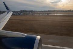 Minneapolis, manganeso/los E.E.U.U. - 3 de abril de 2019: Aterrizaje en el aeropuerto de MSP en la puesta del sol foto de archivo
