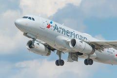 MINNEAPOLIS, MINNESOTA/DE V.S. - 25 JUNI, 2019: Close-up van het vertrek die van vliegtuigvliegtuigen van MSP van start gaan - Mi royalty-vrije stock foto's