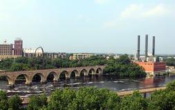 Minneapolis, Minnesota Fluss Mississipi und Steinbogen-Brücken stockbilder
