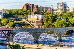 Minneapolis, MN, flod och bro nära centrum Arkivfoto