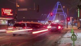 MINNEAPOLIS MN - JANUARI 2017 - nattTelephotoskott av den Lowry bron och den Minneapolis stadsgenomskärningen 4K UHD Timelapse arkivfilmer