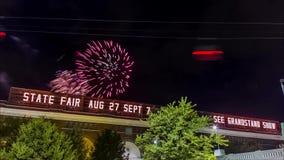 MINNEAPOLIS, MN, U.S.A. - SETTEMBRE 2015 - fuochi d'artificio spara fuori dietro la tribuna l'ultimo giorno della fiera stock footage