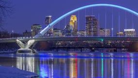 Minneapolis pressade samman mot den blåa lowry bron som reflekterar i Mississippiet River under en vinterskymning 4K UHD Timelap lager videofilmer