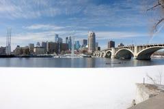 Minneapolis przez rzekę missisipi miejską Obraz Royalty Free