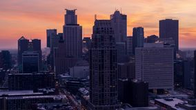 Minneapolis-Skyline an der goldenen Stunde stock video