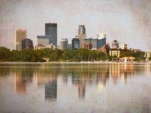 Minneapolis skyskrapor som reflekterar i sjön Calhoun med tappningeffekter arkivbild