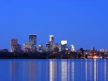 Minneapolis van de binnenstad bij schemer stock afbeeldingen