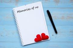 MINNEN AV USA-ordet på anteckningsboken och penna med för hjärtaform för par röd garnering på blå trätabellbakgrund Bröllop roman royaltyfri fotografi