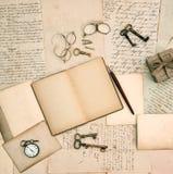 Minnen bokar, tappningtillbehör, gamla bokstäver och dokument Royaltyfri Fotografi
