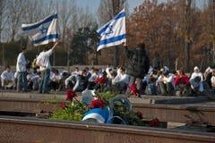 Minnes- behov av studenter från Israel i det tidigare koncentrations- och utrotninglägret Auschwitz-Birkenau i Polen Royaltyfri Foto
