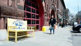 Minnes- bänk nära brandstation i Boston, USA, stock video