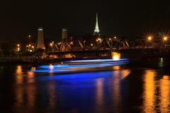 Minnes- bro i Bangkok, Thailand på natten Arkivbild