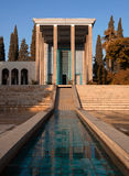 Minnes- byggnad på gravvalvet av Saadi den persiska poeten i Shiraz City av Iran Royaltyfri Bild