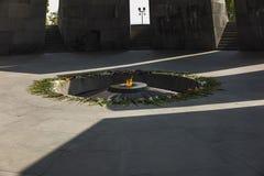 Minnes- monument för armeniskt folkmord med den eviga flamman och flowe Arkivbild