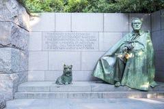 Minnes- monument för Franklin Roosevelt ` s med bronsstatyer av Franklin Roosevelt och hans älskade hund Royaltyfria Bilder