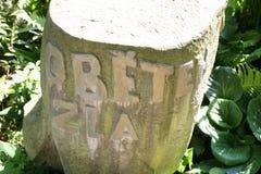 Minnes- monument till offren som är av ondo i meditationträdgård Arkivbilder