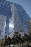 9/11 minnes- museum Windows reflekterar 1 WTC Arkivbilder