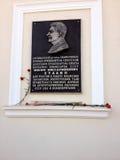 Minnes- platta i heder av Stalin i Simferopol royaltyfria foton
