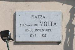 Minnes- platta med namn av fysiker-uppfinnaren Alessandro Volta Como Italien royaltyfri bild