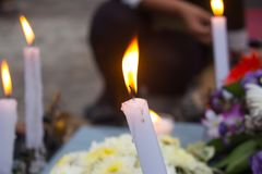 Minnes- stearinljusflamma, passerat bort minnebegrepp arkivfoto