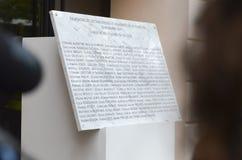 Minnes- sten med 90 namn av offer på den Bataclan hedersgåvan till offren av attacknollan Arkivfoto