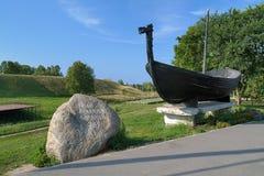 Minnes- sten och Viking fartyg nära den Belozersk Kreml Arkivfoton