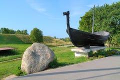 Minnes- sten och Viking fartyg nära den Belozersk Kreml Arkivbilder