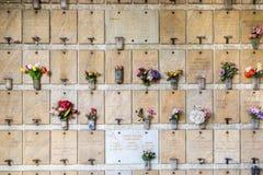 Minnes- vägg med blommor och namn Royaltyfri Fotografi