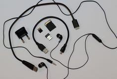 Minneskort, usb-kontaktdon, hörlurstålarpropp och trådstudio på vit Fotografering för Bildbyråer