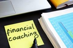 Minneslistapinne med finansiell coachning för ord Utbildning royaltyfria foton