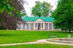 Minnesmärke av Karel Vaclav Rais i Lazne Belohrad, Tjeckien arkivfoto