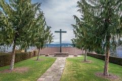 Minnesmärke för det avlidet med ett kors och träd, Tyskland royaltyfri fotografi