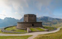 Minnesmärke för världskrig ett i Dolomitebergen i Italien royaltyfri fotografi