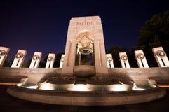Minnesmärke för världskrig II på natten Arkivfoto