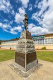 Minnesmärke Queenstown Tasmanien för världskrig II Arkivbild