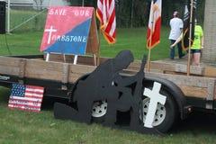 Minnesmärke till en stupad soldat på räddningen som vårt kors samlar, Knoxville, Iowa, Augusti 30, 2015 Royaltyfri Foto